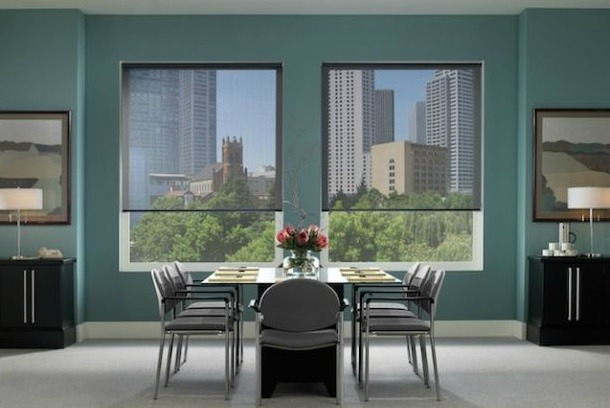 Tip de ideas para decorar con cortinas roller sun screen for Cortinas de comedor modernas
